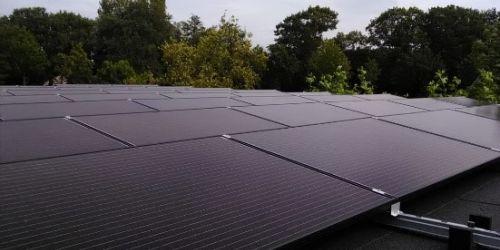 Monteur zonnepanelen bij Instain Installatietechniek